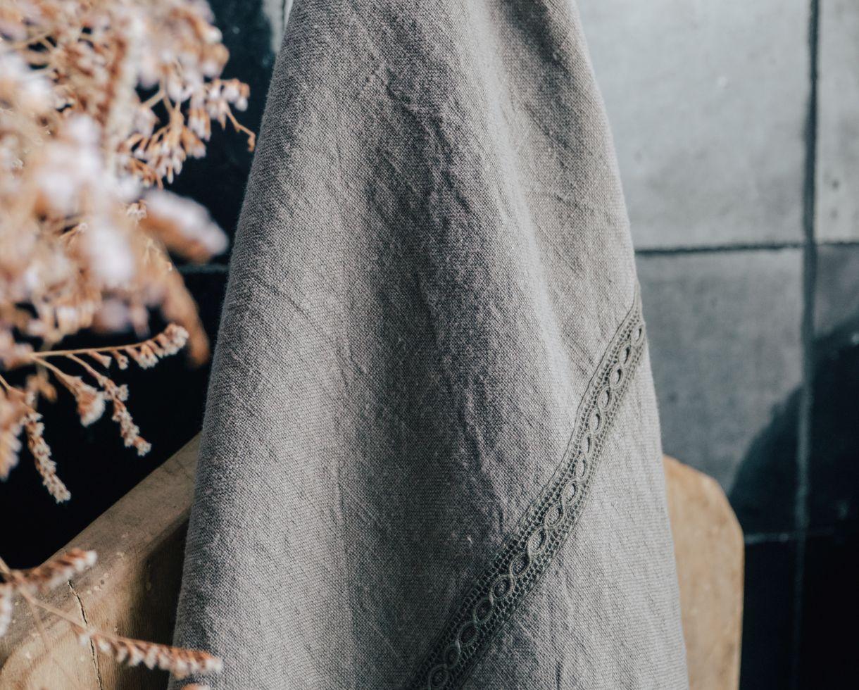 Torchon en lin avec fine dentelle Baie d'Along - Couleur Chanvre